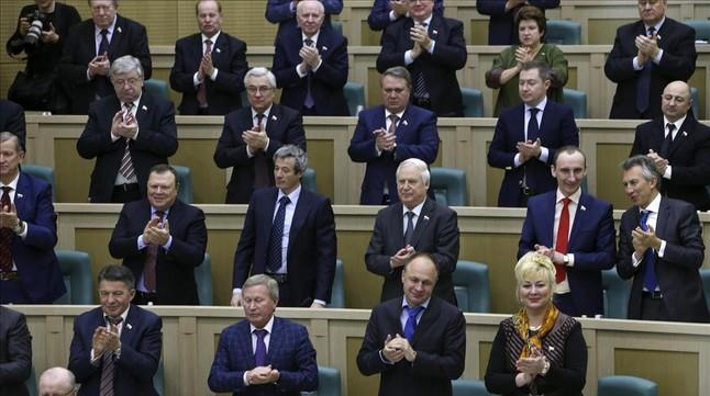 Senadores rusos aplauden durante la sesión parlamentaria, este viernes en Moscú.