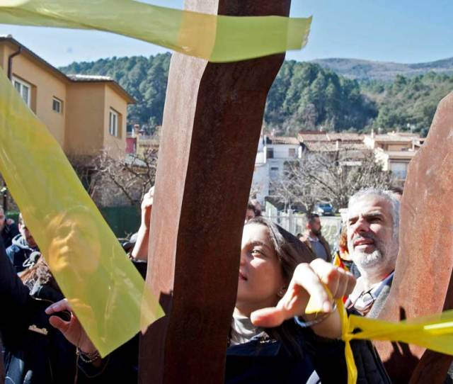 Los Diputados De Ciudadanos Retiran Lazos Amarillos En Amer El Pueblo Natal De Puigdemont