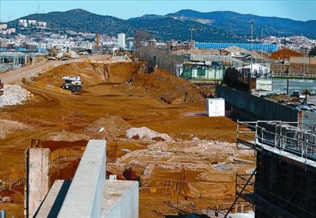 Restos arqueológicos hallados al norte de la villa romana de La Sagrera, junto al nuevo puente del Treball, ayer. RICARD CUGAT