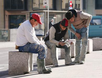 Immigrants, en una plaça de Vic, el mes de febrer passat.