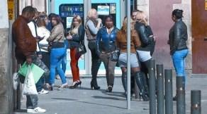 Un grup de prostitutes exerceixen, ahir, al carrer Robador del Raval.