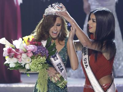 Rima Fakih col·loca la corona a la nova Miss EUA, Alyssa Campanella, diumenge a Las Vegas.