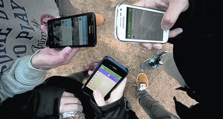 Un grup d'adolescents manipulen l'aplicació Snapchat al mòbil, ahir, a Barcelona.