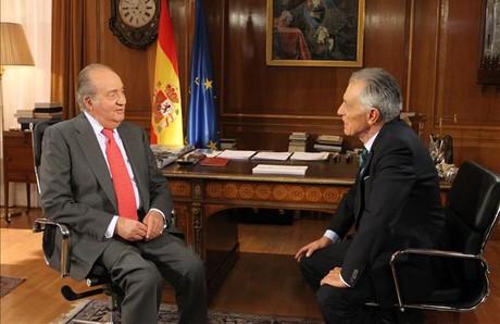 Juan Carlos y Jesús Hermida, durante la entrevista para TVE en el palacio de la Zarzuela.