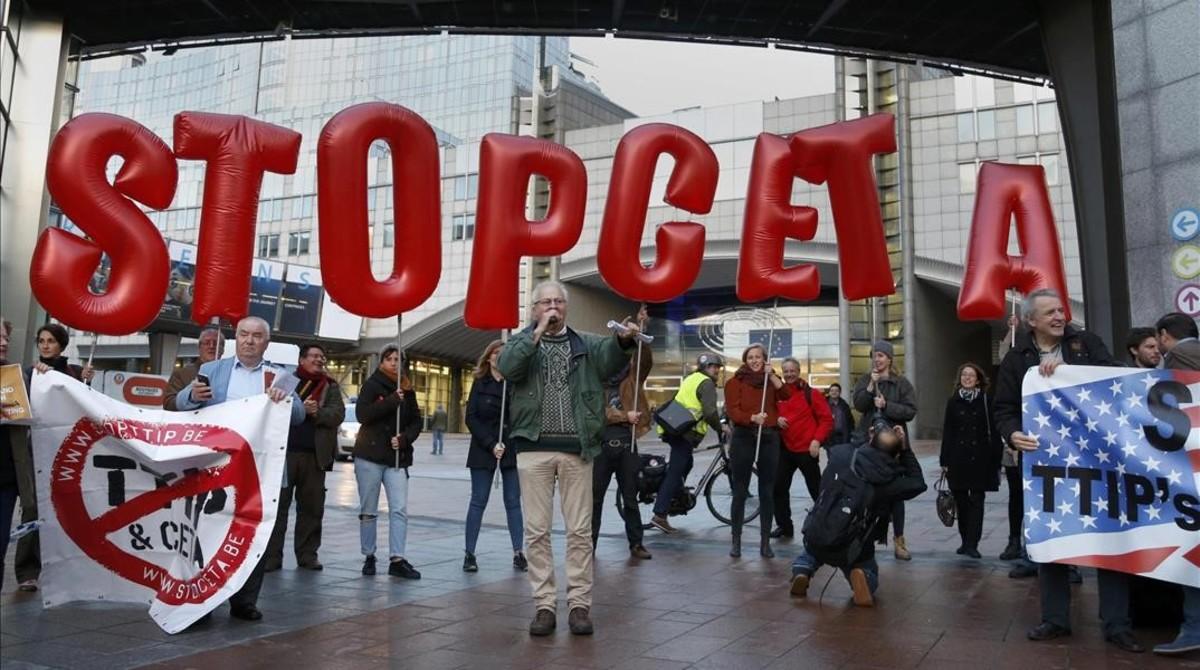 Políticos europeos y canadienses escenifican en Bruselas su oposición a la firma del CETA