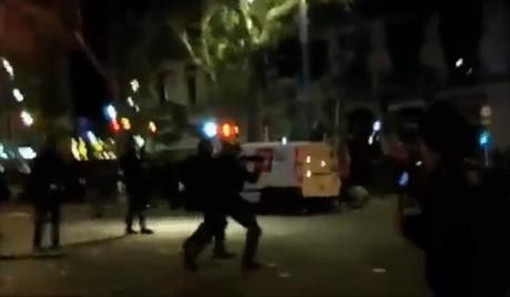 Imagen de un vídeo donde se ve a los mossos disparar.