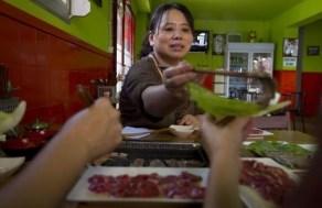 La dueña del local A Hui, en la calle del Reloj,sirve un `bulgori¿.