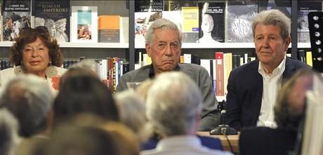Inge Feltrinelli, Mario Vargas Llosa y Jorge Herralde, en la inauguración de La Central de Callao, en Madrid
