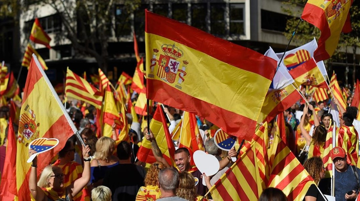 zentauroepp40459849 people waving spanish flags gather for a demonstration calle171008111558