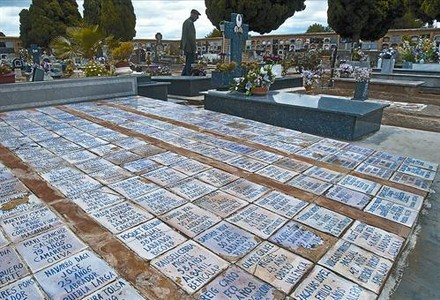 Fosa común del cementerio de Paterna (Valencia) con restos de represaliados fusilados durante la dictadura franquista.