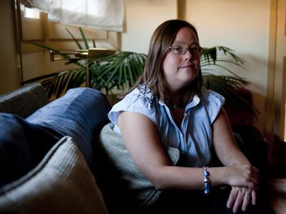 Eugènia Borderias, en el salón de casa de sus padres.
