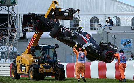 Trabajos de arrastre del monoplaza de Esteban Gutiérrez, en el GP de Canadá.
