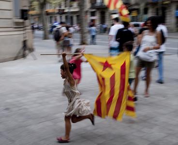 Imagen de una niña jugando con una bandera independentista el día de la manifestación del 'Onze de setembre'