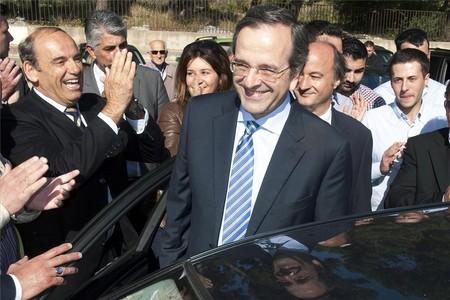 El líder de Nueva Democracia, Antonis Samarás, es ovacionado por sus seguidores a la salida del colegio electoral donde ha votado.