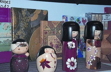 Muñecas japonesas en una estantería de Haiku.