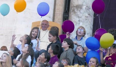 El papa Francisco, durante la Fiesta de la Familia celebrada ayer en la plaza de San Pedro del Vaticano.