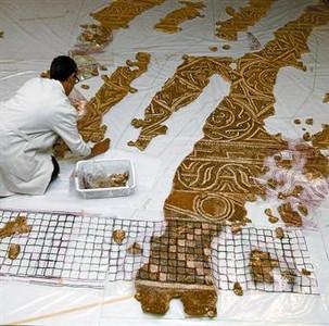 Una arqueóloga trabaja en la recuperación del mosaico de La Sagrera, ayer.