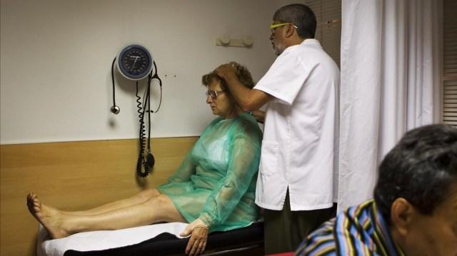 El doctor Jordi Carbonell examinando a una paciente.