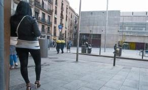 Coexistència 8 Una parella de policies passeja pel carrer de Robador, entre la Filmoteca i una prostituta.