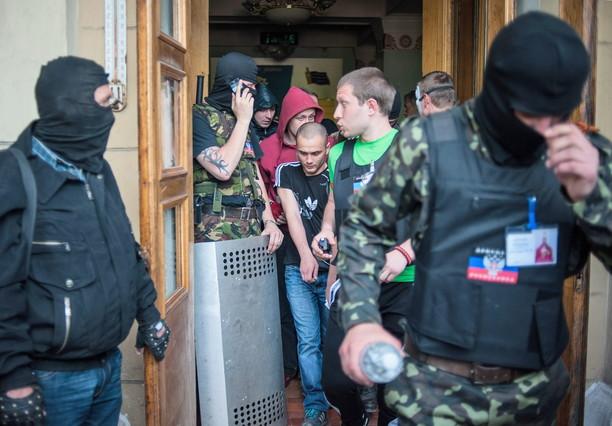 Milicias separatistas, en el edificio de la televisión de Donetsk.