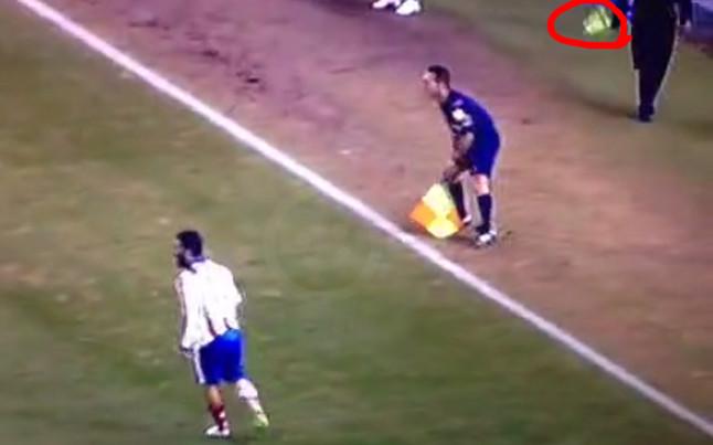 Momento en el que Arda lanza la bota al árbitro asistente