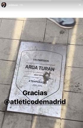 Arda Turan da las gracias al Atlético publicando una foto de su placa... ¡totalmente manchada! 2