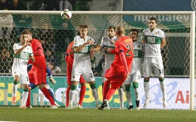 Mathieu lanza la falta que se convertiría en el primer gol del Barça frente al Elche en el Martínez Valero