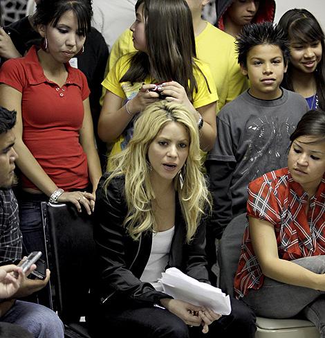 Shakira explica a un grupo de latinos en Phoenix su postura contra  la ley de Arizona. | AP