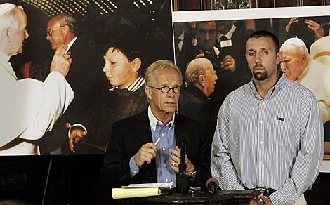 Raúl González, junto a su abogado, en la rueda de prensa sobre la demanda. | Ap