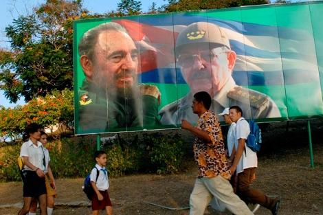 Cartel con la imagen de Fidel y Raúl Castro en Santiago de Cuba.  