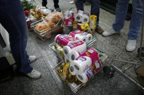 Las personas esperan en la fila para comprar papel higiénico| Reuters