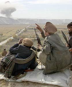 Milicianos de la Alianza del Norte observan los bombardeos estadounidenses (Fuente: el mundo)