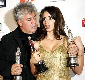 Pedro Almodovar y Penelópe Cruz tras recibir sus premios en el Festival de Cine Europeo. (Foto: AFP)