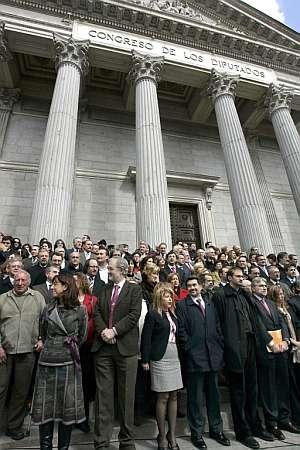 Los diputados ocupan la escalinata del Congreso. (Foto: EFE)