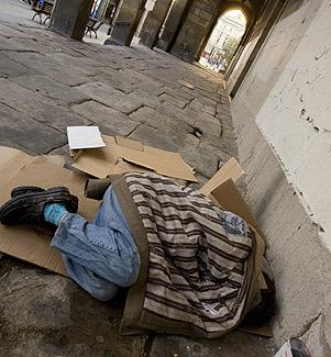 Un indigente duerme en los soportales de una iglesia. (Foto: Carlos Garc�a)