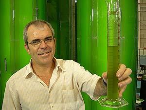 Christian Gomis muestra una probeta con milllones de algas. (Foto: G.C.D. )