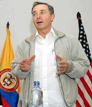 Álvaro Uribe, en una alocución este domingo en su paó. (Foto: AFP)