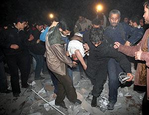 Un grupo de personas rescata a uno de los heridos. (Foto: REUTERS)