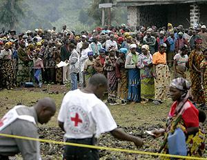 Refugiados en Kibati haciendo cola para recoger la ayuda alimentaria. (Foto: K.P.)