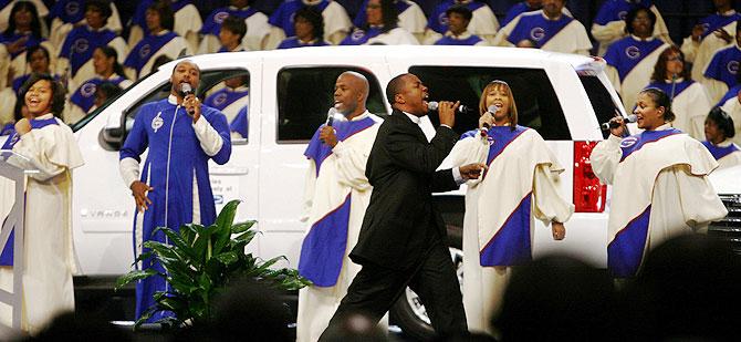El obispo Charles Ellis oficia una misa por la salvación del sector. (REUTERS)