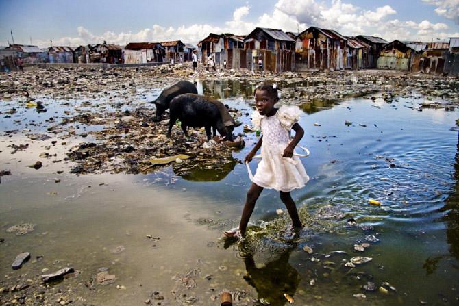 Una niña en su barrio de Haiti tras una tormenta.
