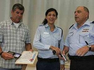Yasmin recibe la placa y pistola como nueva policia israelí.