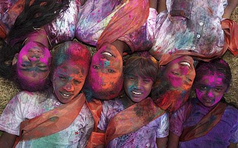 Varios níños 'coloreados' posan en la fiesta de Holi, en Tunapuna. | Reuters
