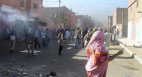 Imagen de los disturbios ayer en El Aaiún, tras el desalojo de su campamento.