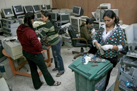 Egipcias en el taller de reciclaje de ordenadores. | Francisco Carrión