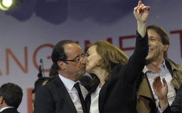 Valerie Trierweller besa a Fraçois Hollande en el escenario de la Bastilla en París. | Reuters