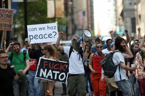 Manifestantes marchan contra la cumbre de la OTAN por las calles de Chicago. | Afp