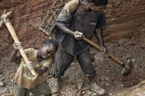 Niños trabajando en las minas de oro de Ndola-Ndola, en el Congo. | Gamma Contacto.