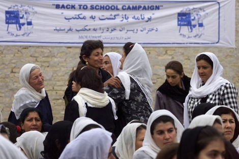 Profesoras junto a varias alumnas de un colegio en Afganistán. | A. Zemlianich