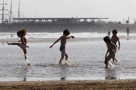 Niños jugando en la playa de la Malvarrosa. La natalidad sigue bajando en España. | B. Pajares
